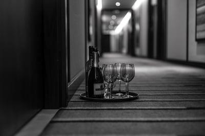 Verändertes Gästeverhalten durch Corona: Bestellung einer Flasche Wein auf das Zimmer