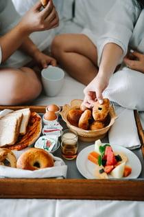 Hotelgäste genießen das Frühstück auf dem Zimmer.