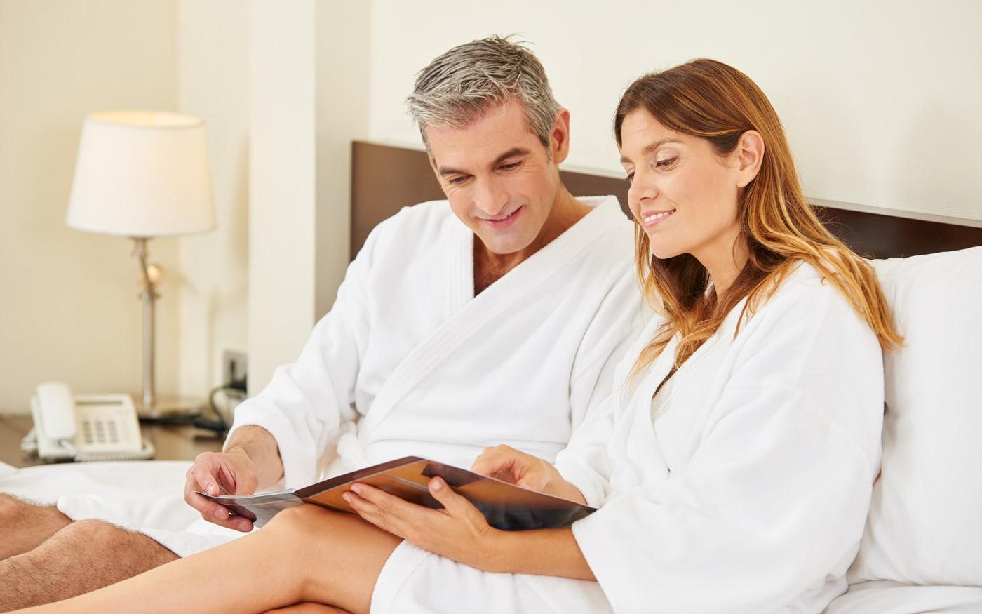 Zwei Hotelgäste im Bademantel