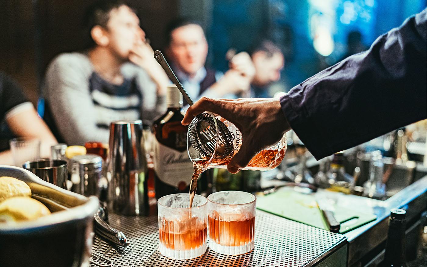 Cocktails werden an der Bar gemixed