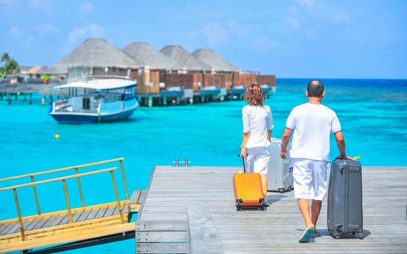 Zwei Urlaubsgäste mit Koffern