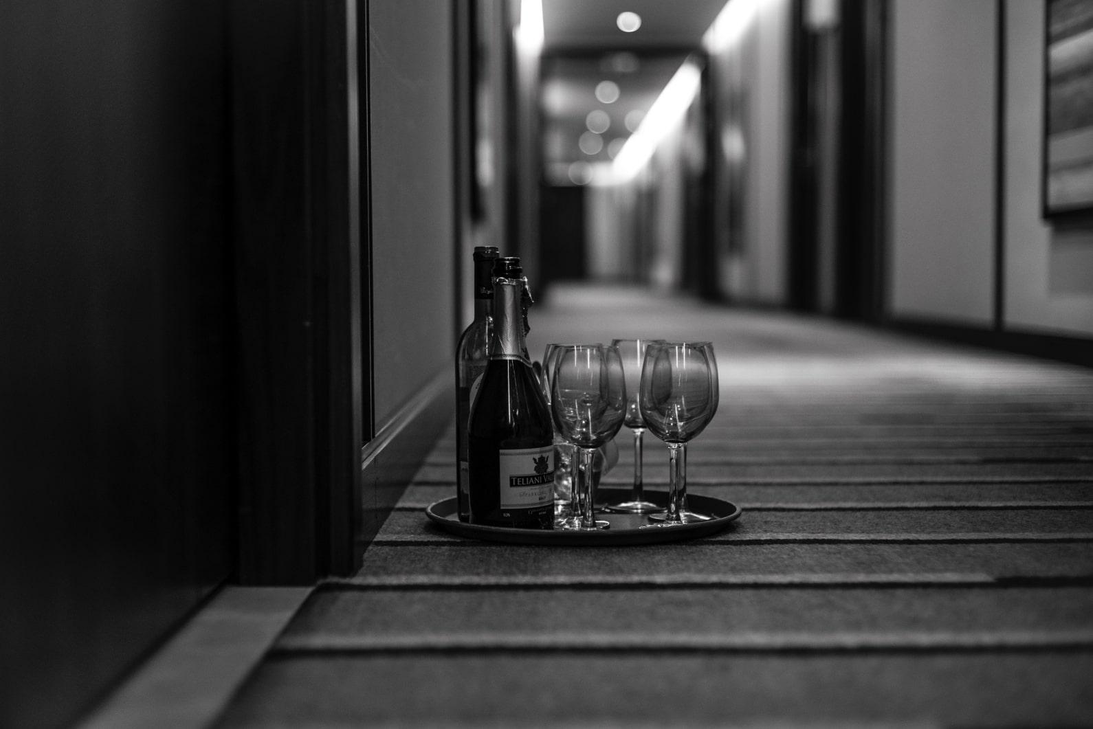 Weinflaschen im Hotelflur